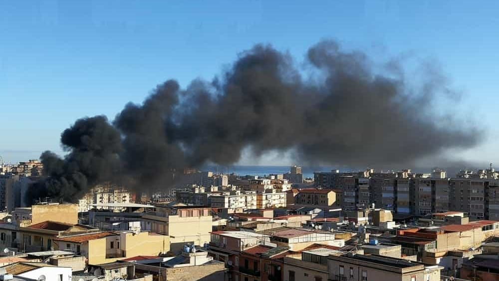 In fiamme cumuli di rifiuti, su Palermo si alza una nuvola di fumo nero