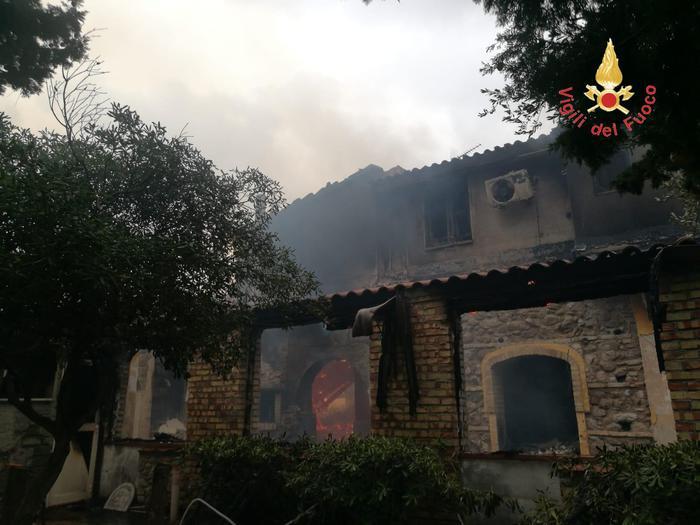 Incendio distrugge un agriturismo a Guardavalle