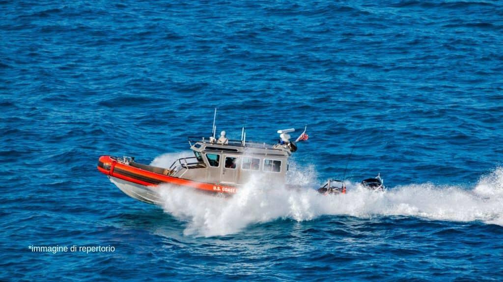 Localizzato a Lampedusa il barcone naufragato: pure un bimbo abbracciato alla madre