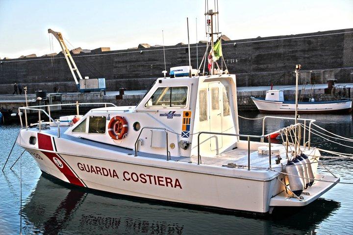 Barca a vela affonda, la Marina salva 2 diportisti al largo di Marzamemi
