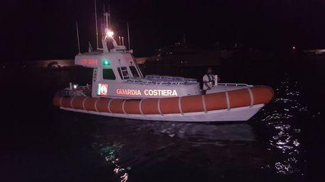 Barca a vela contro gli scogli nel Cosentino, un disperso