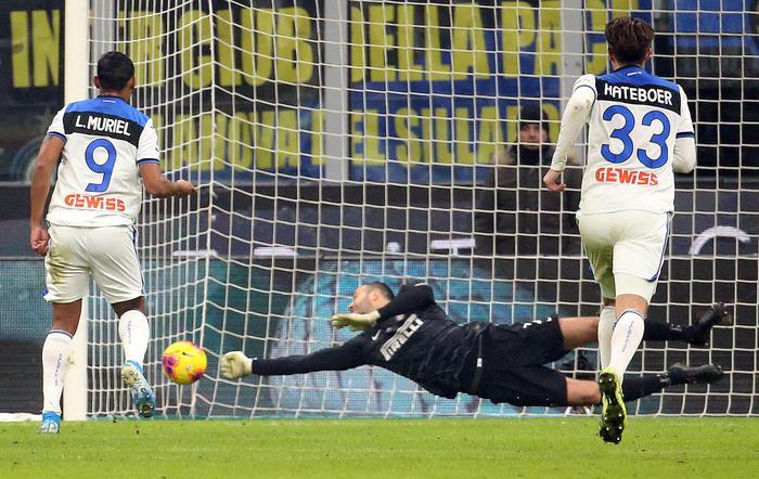Handanovic para un rigore e salva l'Inter, l'Atalanta sfiora il colpaccio a San Siro