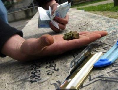Siracusa, un arresto e 2 denunce per spaccio di droga in via Algeri