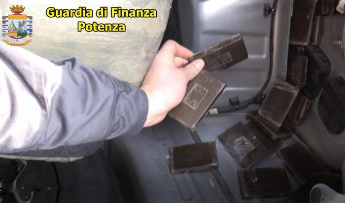Bloccato in Basilicata con 4 chili di hashish in auto