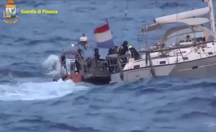 Veliero nel Ragusaso con 6,2 tonnellate di hashish: 3 arresti
