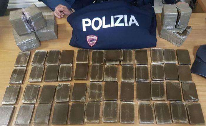Palermo, arriva la polizia e lui lancia 10 chili di hashish dalla finestra
