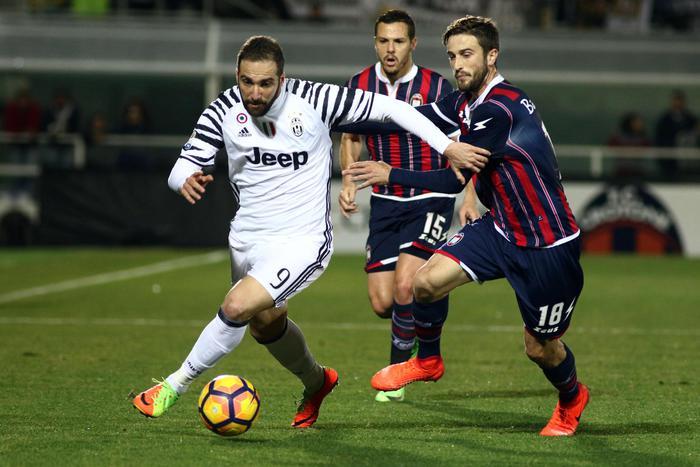 Il Crotone resiste per un'ora alla Juventus: poi i gol di Mandzukic e  Higuain