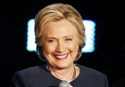 A Hillary torna il sorriso: l'Fbi chiude le indagini sulle sue mail
