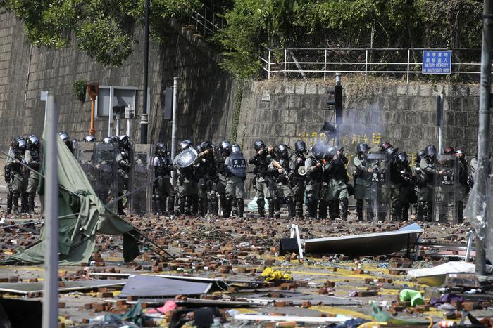 Notte di scontri e arresti a Hong Kong: salta l'evacuazione pacifica degli studenti
