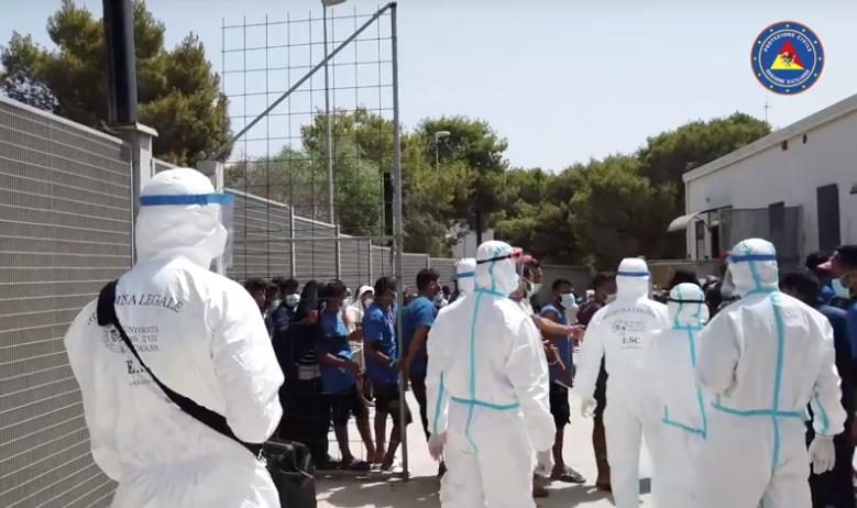 Migranti, trasferimenti da Lampedusa: nell'hotspot restano in 555