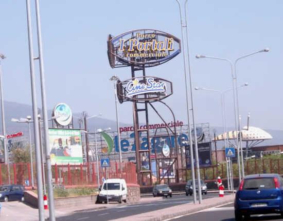 Catania, ruba collane d'oro in un centro commerciale: preso a Mascalucia