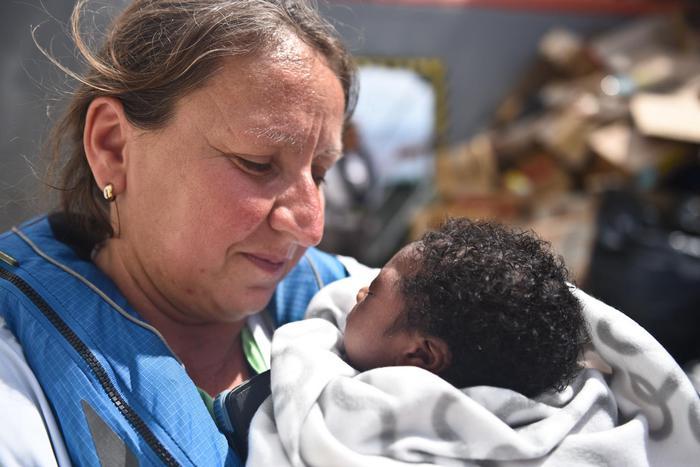 Bimbo di soli 7 giorni nato in prigione Libia, sbarca con i genitori ad Augusta
