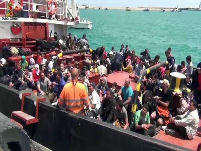 Catania, arrivati 254 migranti con un pattugliatore romeno: a bordo anche un cadavere