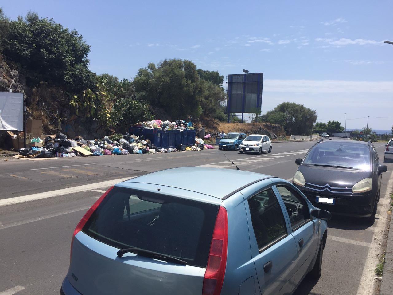 Catania, beccati ad abbandonare spazzatura per strada: multati