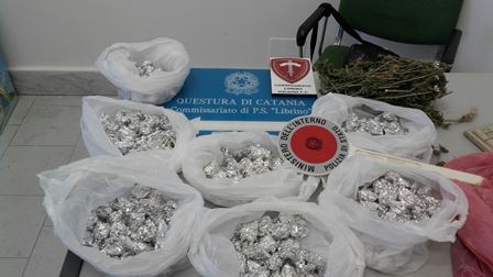 Catania, la polizia sequestra un chilo di marijuana a Librino