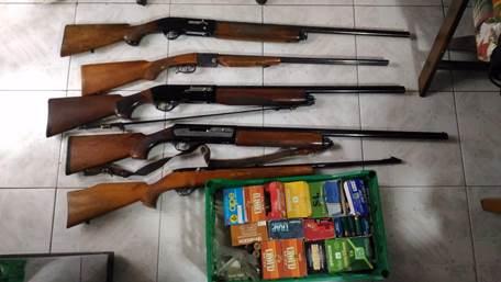 Minaccia di morte un vicino a Catania, trovato con armi