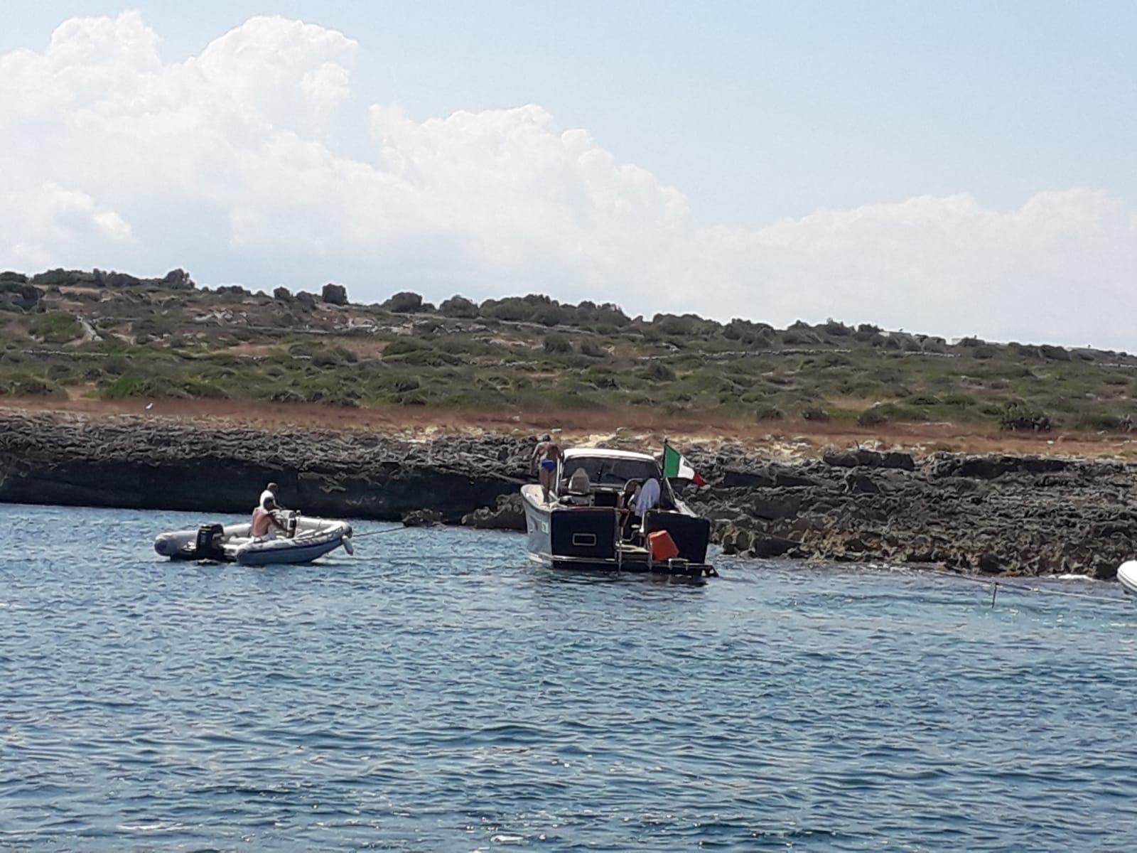 Siracusa, barca resta incagliata al Plemmirio: soccorse 9 persone