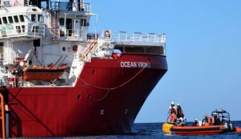 Il governo Conte bis apre i porti, 82 migranti della Ocean Viking sbarcano a Lampedusa