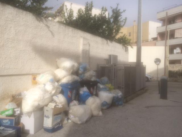 Siracusa, la Tekra dimentica via Forlanini: rifiuti davanti a Centro medicina lavoro