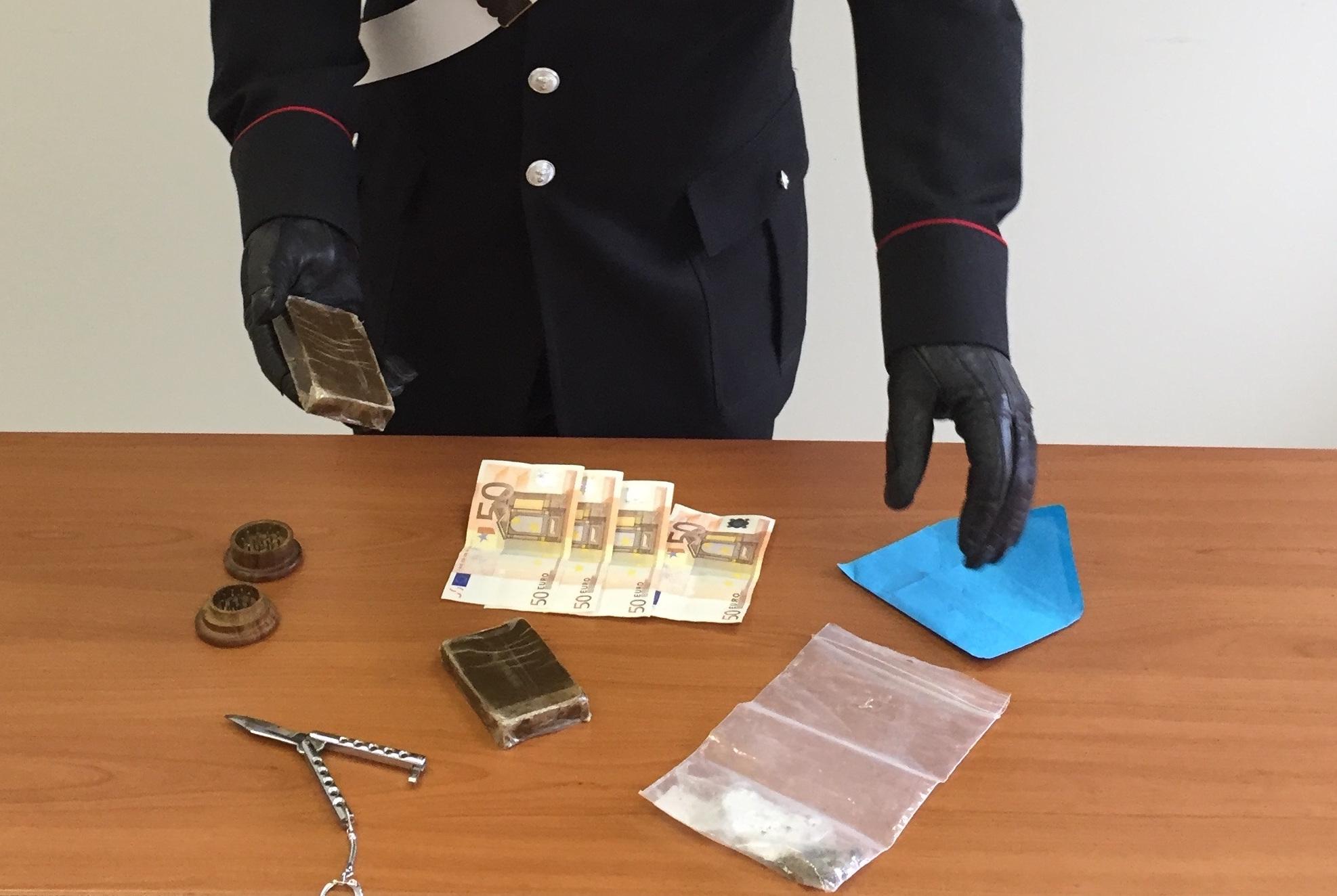 Modica, beccato in flagrante mentre spaccia droga: arrestato