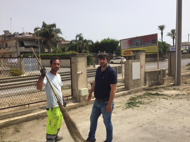 Rosolini, sfidano il caldo torrido per ripulire il mercato ortofrutticolo