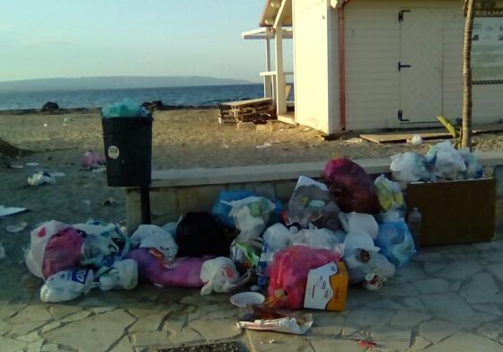 L'altra faccia di Marzamemi: il lungomare Spinazza tra rifiuti e alghe