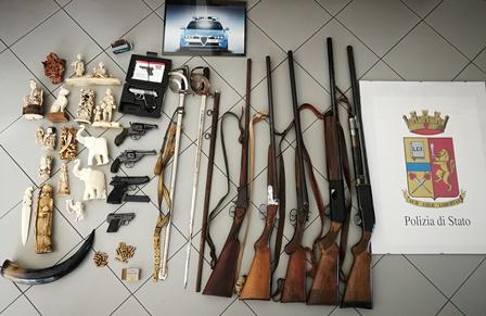 Catania, in casa con armi e avorio: denunciato dalla polizia