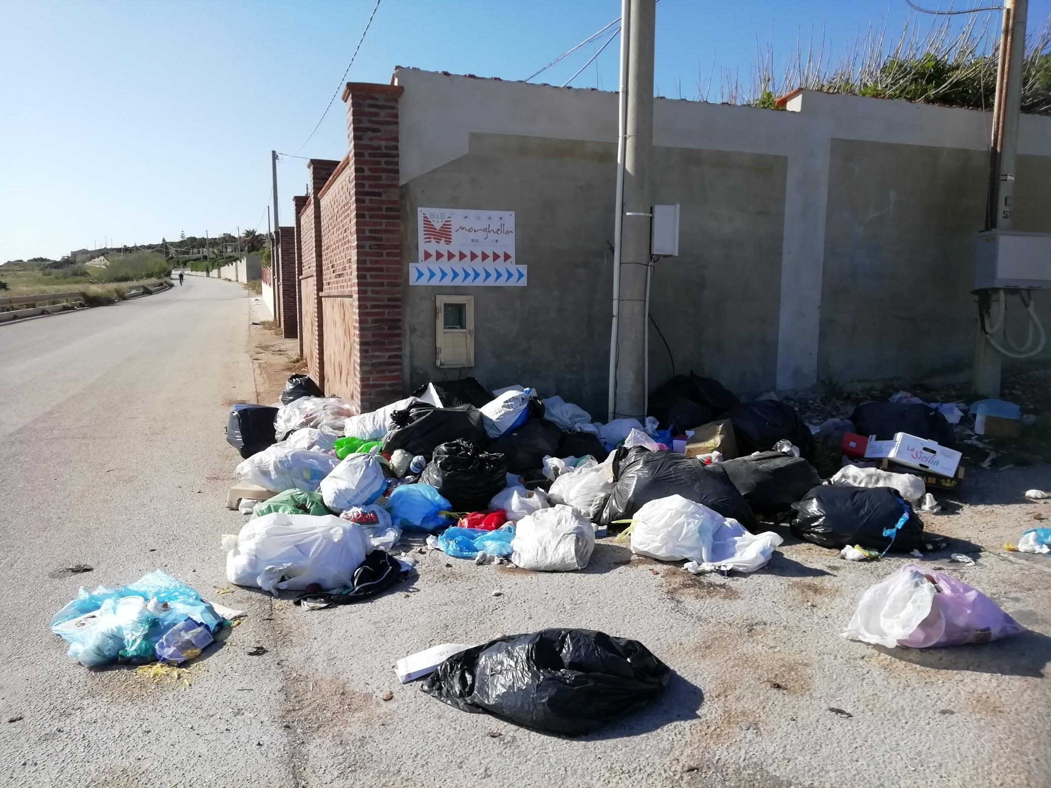 Pachino nell'immondizia: da 5 giorni i netturbini in sciopero, il Comune non paga (FOTO)