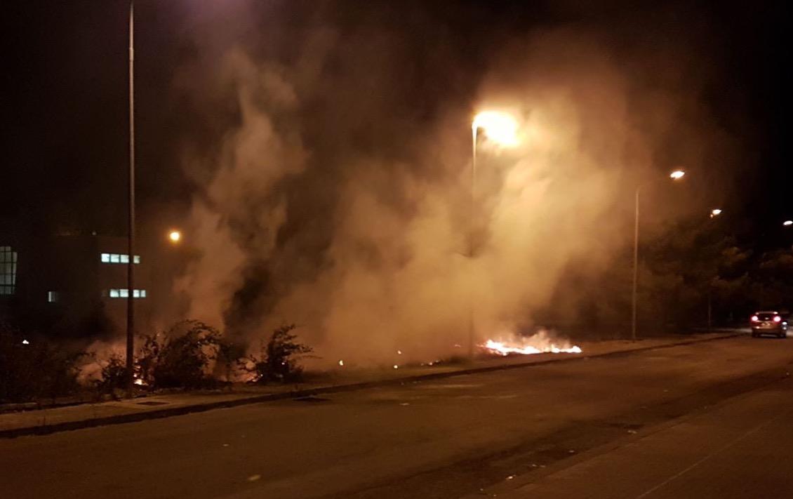 Scoppia un incendio a Floridia vicino al liceo Scientifico: forse è doloso