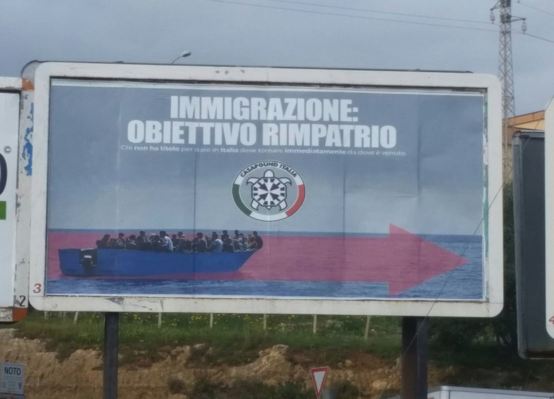 Gigantografia di CasaPound all'ingresso di Noto contro gli immigrati