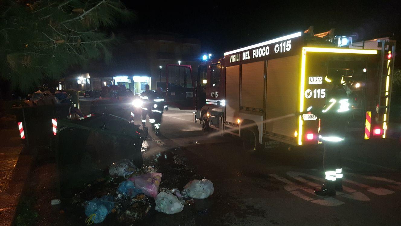 Floridia, danno fuoco ai cassonetti dei rifiuti per ammazzare la noia
