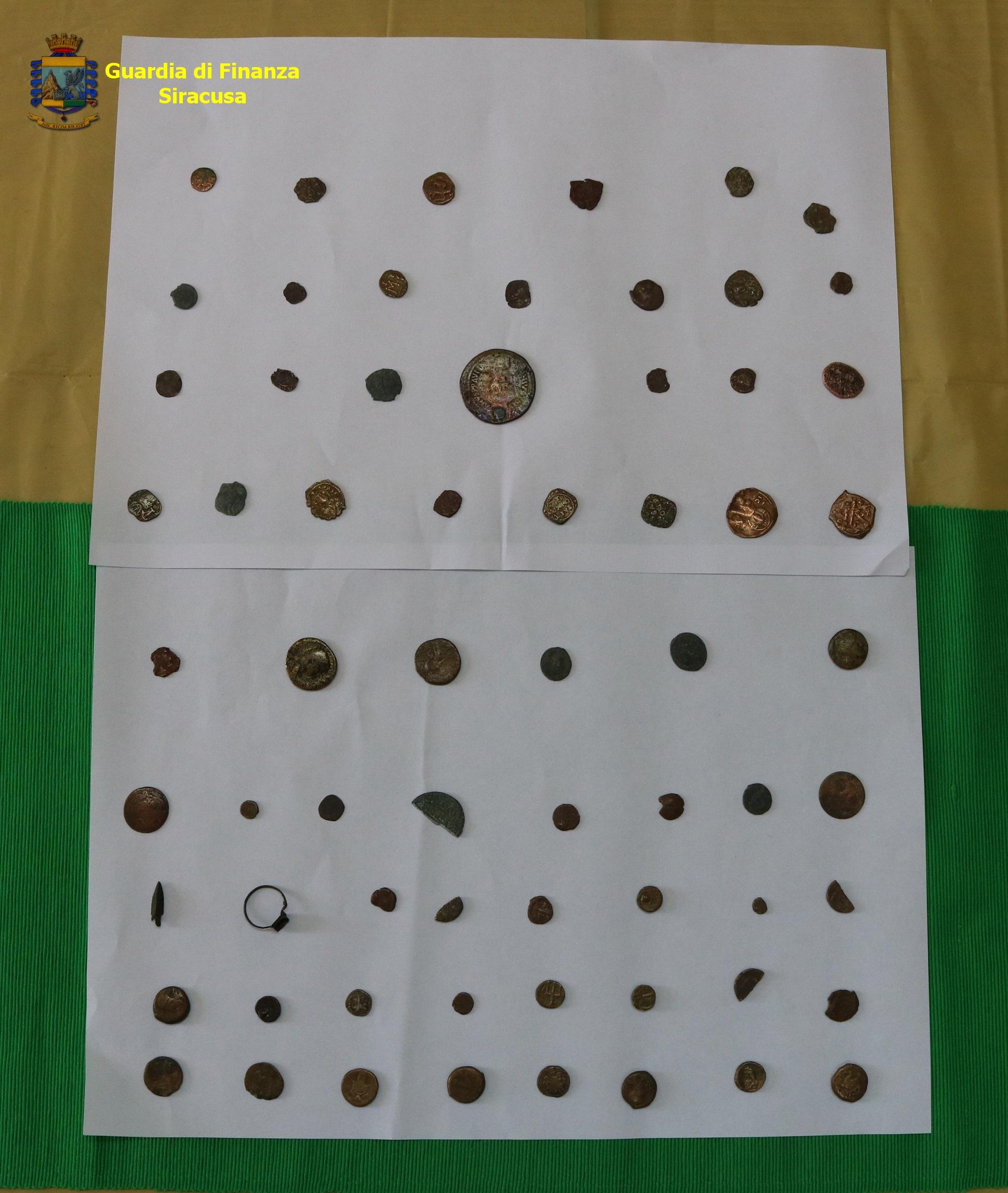 Lentini, trova monete antiche e le consegna alla Soprintendenza