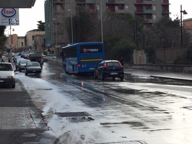 Siracusa, salta un tombino: liquami in strada in viale Teocrito