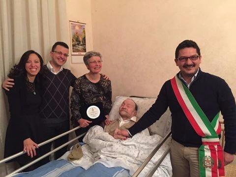 I 100 anni di Nonno Pietro, il sindaco di Pachino dà una targa ricordo