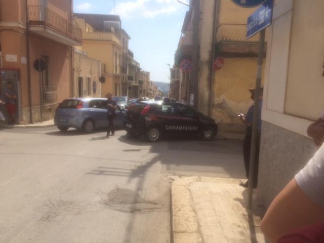 Rosolini, carabinieri inseguono i malviventi: gazzella contro un palo per salvare un pedone