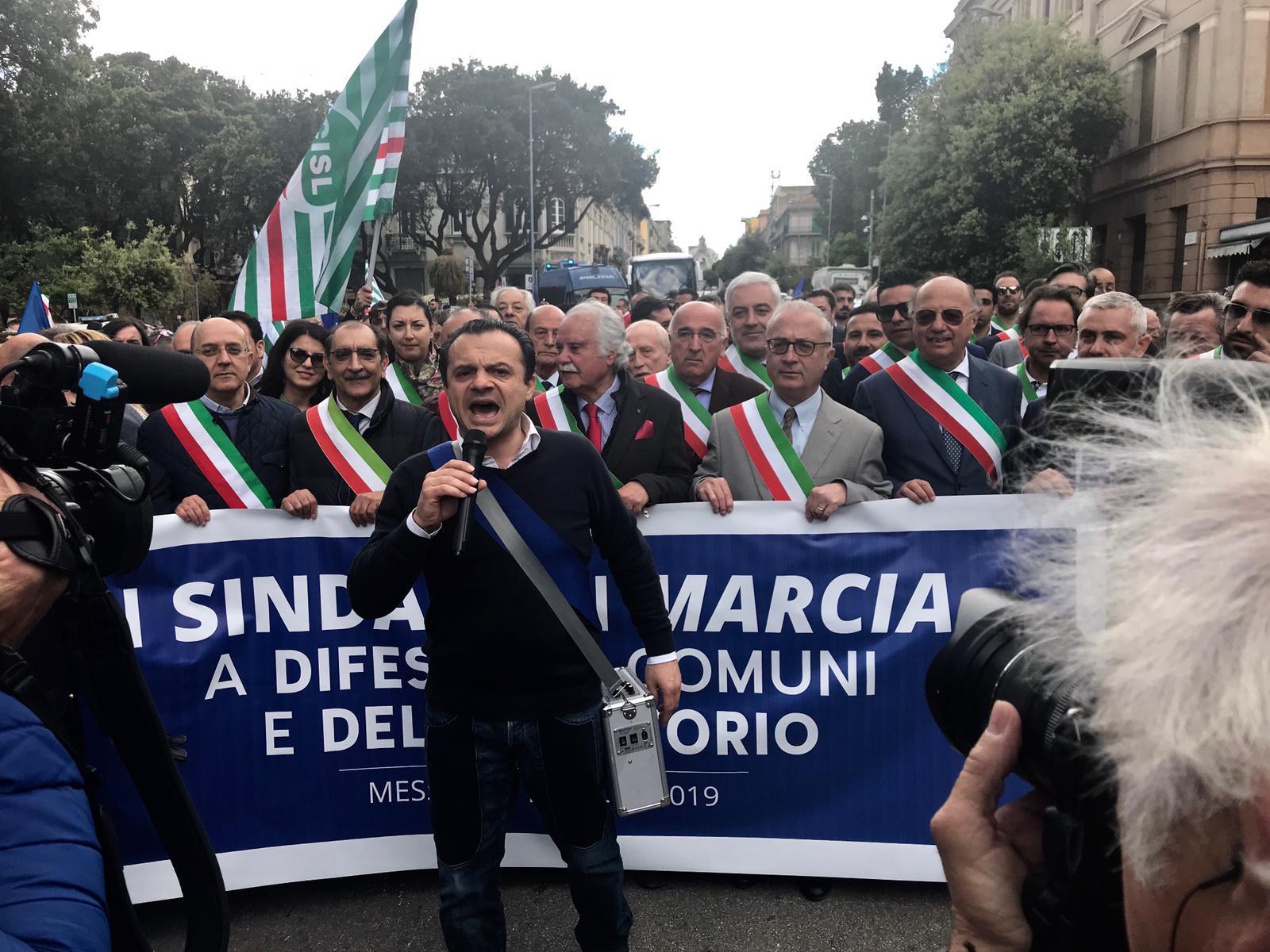 Sindaco metropolitano di Messina, consegna la fascia in prefettura: corteo per l'ex Provincia