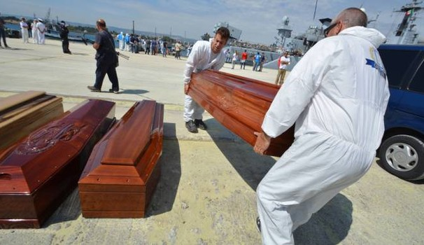 Migranti, ad Augusta arrivati in 300: anche 8 cadaveri