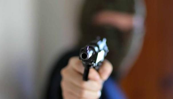 Siracusa, armati entrano in casa di un anziano e lo derubano
