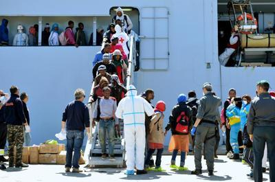 L'arrivo di 493 migranti ad Augusta, due presunti scafisti già in cella