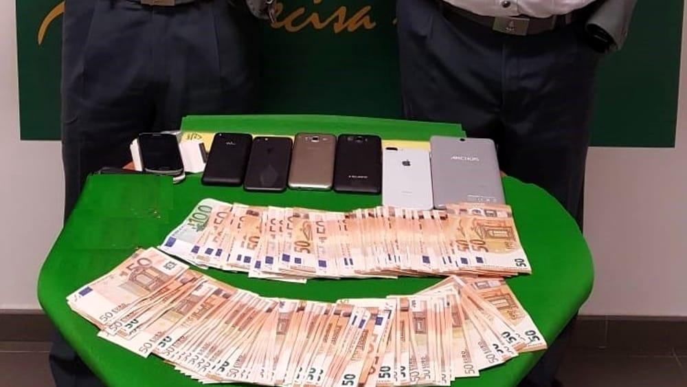 In aeroporto a Catania con 8.400 euro e cellulari, nigeriana bloccata