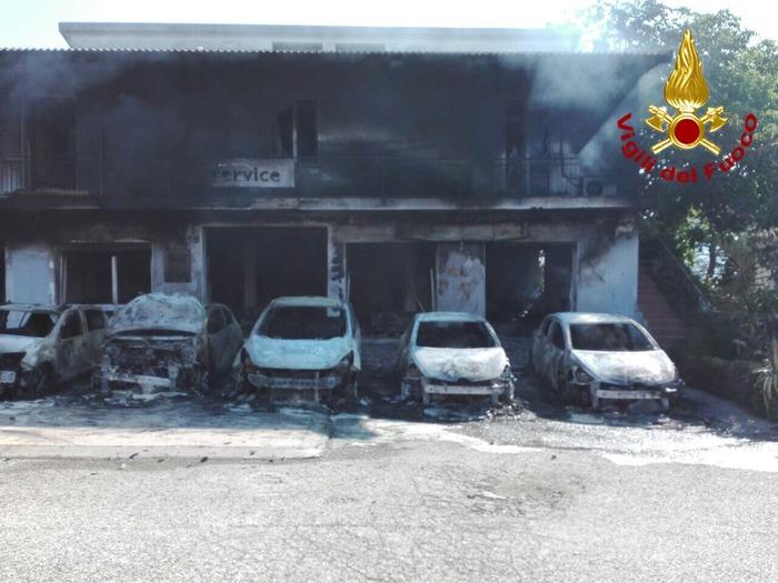 In fiamme 12 auto in Sardegna, chiusa anche la strada statale
