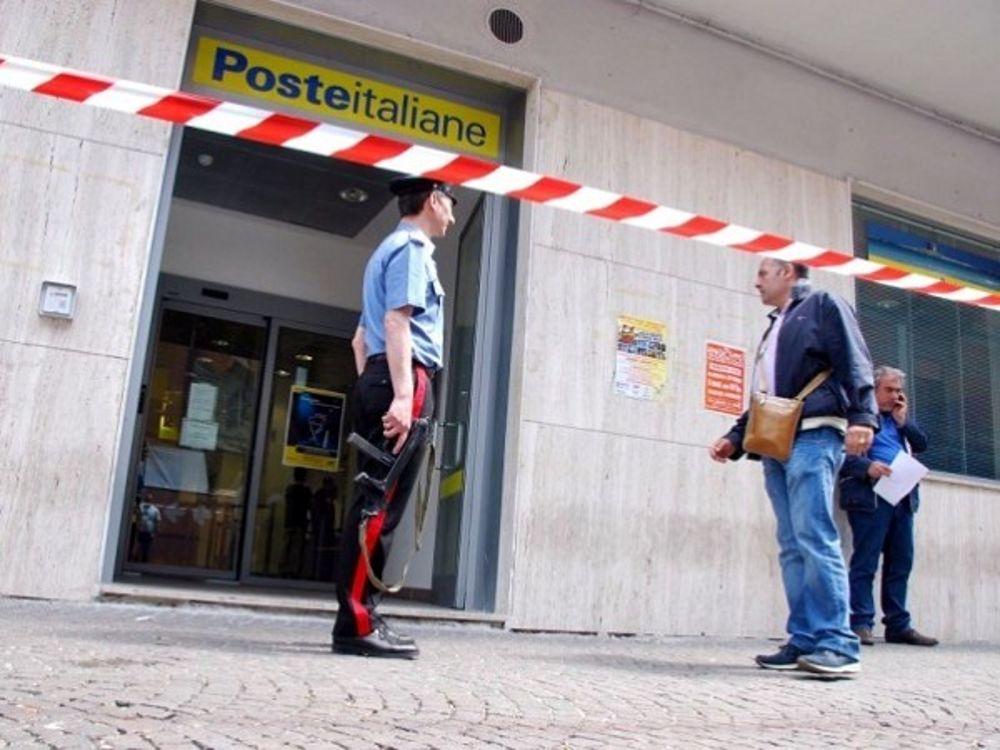 Incappucciati rapinano le Poste centrali di Napoli: indagini