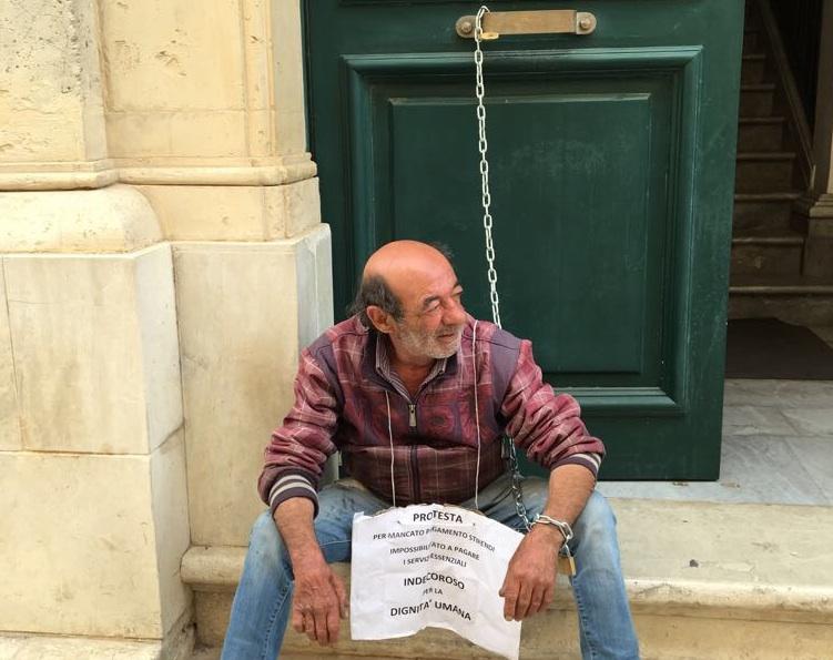 Si incatena davanti al Municipio di Rosolini, 200 lavoratori senza stipendi