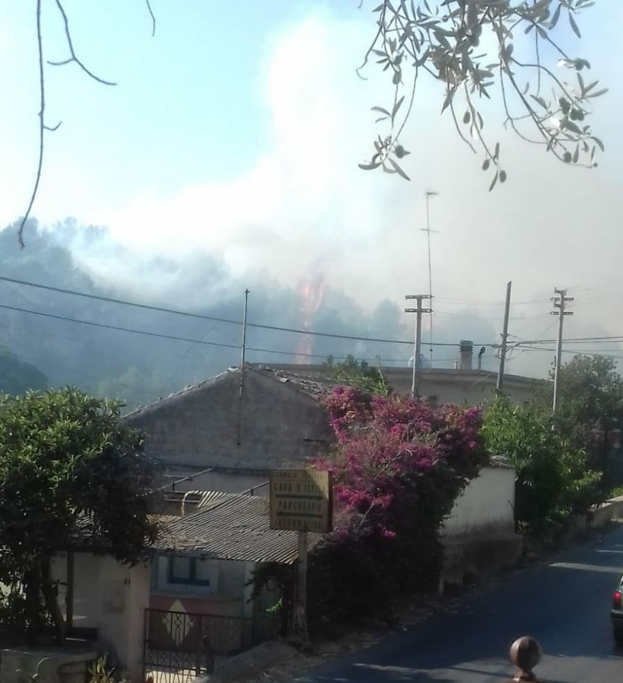 Modica, incendio lambisce il Parco archeologico di Cava Ispica