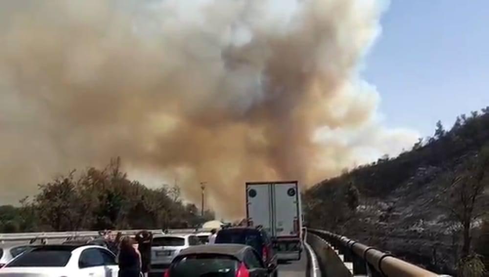 Incendi: fiamme sulla statale di Agrigento, chiuso un tratto