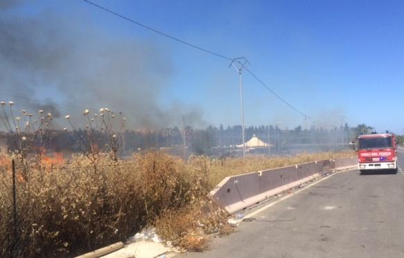 Incendio sulla Siracusa - Floridia minaccia un impianto sportivo