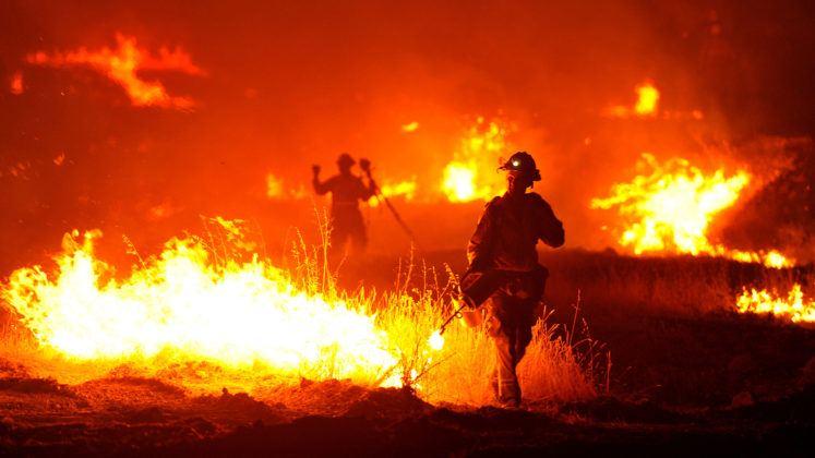 Incendi, vasto rogo nel Ragusano: chiusa per alcune ore la statale 194