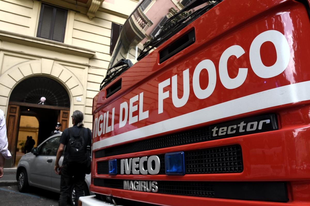 Incendi, a un fuoco un palazzo a Roma: donna ustionata grave