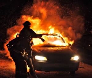 Incendi, auto in fiamme a Marina di Melilli: indaga la polizia