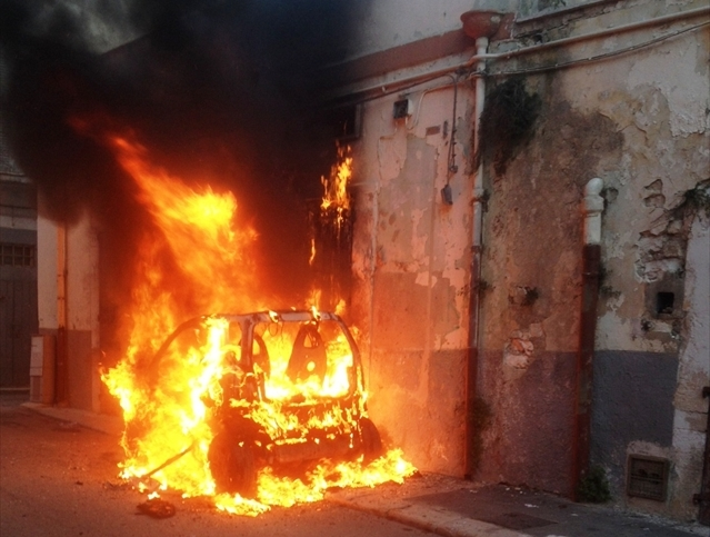 Incendi, auto in fiamme a Siracusa: indaga la polizia di stato